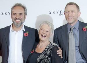 Regissören Sam Mendes på presskonferens med M, alias Judi Dench och Bond själv, Daniel Craig.