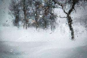 Inger Långström befinner sig i stugan vid Ullersjön, och meddelar att det helt enkelt är ett jäkla väder. Några mil därifrån uppmättes det svenska vindrekordet på 47,8 meter per sekund under onsdagskvällen.