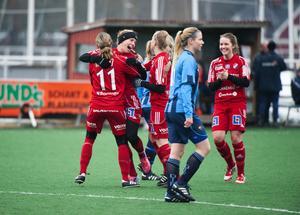 Efter 1–1 i halvtid tryckte Kvarnsveden gasen i botten i den andra halvleken hemma i premiären mot Djurgården. Siffrorna stannade vid 5–1 efter bland annat tre mål av Elin Danielsson, längst till höger.