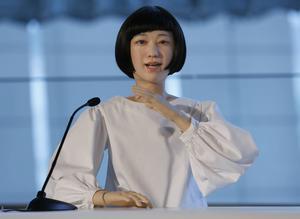 Allt mer mänskliga också till utseendet. Kodomoroid, här som nyhetsuppläsare vid ett event i Tokyo tidigare i år, är en av skapelserna som japanske android-experten Hiroshi Ishiguro står bakom.