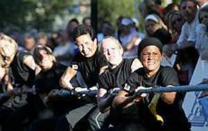 Foto: NICK BLACKMON Dragkamp. Här kämpar Work Out Centers tjejlag som kom på fjärde plats.