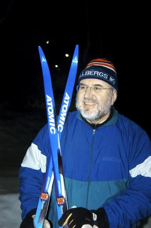 Harry Etell har just avslutat sitt tredje varv för kvällen i elljusspåret vid Finnkullberget. bild: katarina hanslep