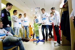 Gif-spelarna fick spela både inne och ute på barnkliniken på måndagseftermiddagen. Mikael Dahlberg och Layth Jalal sätter kurs mot hockeyspelet.