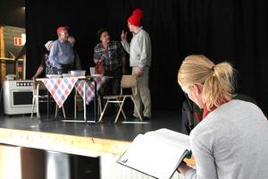Anna Gustavsson håller koll i manuspärmen så det inte bär av alldeles åt skogen i sketchen Jaktfrukost.