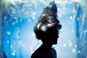 Självlysande. Rokokoperukerna som Catherine Giacomini gjort har både tidstypisk uppsättning och inbyggda lampor.