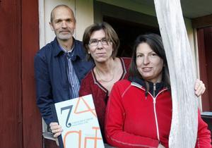 På världsarvsgården Kristofers i Järvsö presenterades den nya boken av, från vänster, Lars Lööv, Stephanie Kristofers och Mimmi Göllas.