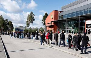 Kön ringlade lång utanför Läkerol Arena i går morse. Klockan 11 släpptes de kvarstående biljetterna till finalen och långtifrån alla fick tag på en av de åtråvärda papperslapparna.