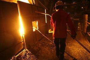 I HETLUFTEN. Erik Nordkvist kontrollerar temperaturen i det flytande stålet och tar prov på kolhalten. Värmen är                           påtaglig även en bit i från. Det flytande stålets temperatur ska ligga mellan 1 680 och 1 800 grader. I processen renas stålet från kol och legeras.