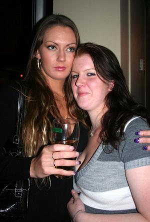 Blue Moon Bar. Emma och Sofia