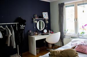 I dottern Ellas sovrum har intresset för smink och kläder fått styra inredningen. Mellan barnens sovrum finns en klädkammare som nås från Ellas rum. Där förvarar familjen kläder och prylar.