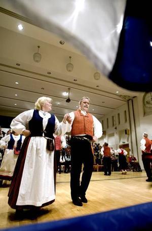 FIRADE MED DANS. Finska flaggor och folkdans bjöds det bland annat på i går i Bomhus Folkets hus när Gävlen suomalainen kerho – Finska klubben i Gävle – firade 50 år.