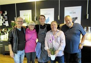 Lars-Erik Eriksson, Agneta Dahlqvist och Uno Gradin från Föreningen Utveckla Härnösand, tillsammans med krögarna själva, Sebastian och Nisse Koch.