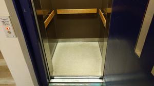 För en rullstolsburen person är hissen det enda sättet att ta sig till Folktandvårdens mottagning på våning 2. Men alla rullstolar går inte in i den trånga hissen.
