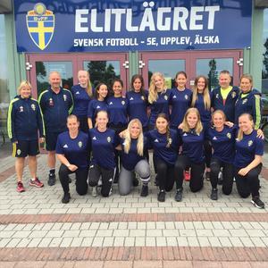 På elitflicklägret i Halmstad sommaren 2016, domare tillsammans med andra kvinnliga domare på väg uppåt i domarkarriären.
