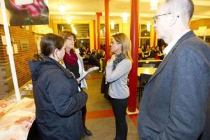 Lisa Alneroth och Annika Löfgren i skolhusrådet hade bjudit in Åsa Wiklund-Lång och förvaltningschef Frank Stoor för att få höra hur de tänker när de lägger ner Milboskolan för att satsa på en ny stor högstadieskola på Vallbacksskolan. Många föräldrar kom till mötet för att få svar på sina frågor.