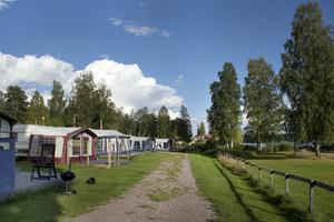Husvagnsplatserna närmast sjön och badplatsen.