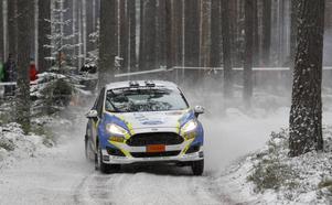 Daniel Röjsel öser på i Fredriksbergsskogen. Dalatalangen gjorde en stabil tävling i sin tvåhjulsdrivna bil.