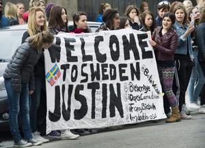 Det är stor hysteri när Justin Bieber kommer till Sverige, i april.