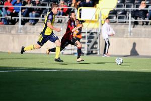 Seon-Min Moon sätter fart. Var attackvillig under hela matchen, men hade problem att smita emellan ett trångt bortaförsvar.