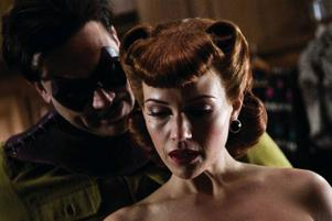 """Jeffrey Dean Morgan som Comedian och Carla Gugino som Silk Spectre i Zack Snyders episka framtidsdystopi """"Watchmen"""".Foto: Clay Enos"""