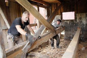 Nicolas Lobel Sundqvist och Jacob Borén driver varsitt företag men samarbetar med att renovera och timra hus med hjälp av beprövade metoder.