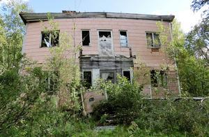 Entrén till det här huset i Yxskaftkälen lockar inga köpare.