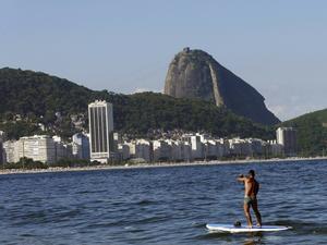 Sockertoppen tornar upp sig i bakgrunden. Det finns sämre ställen att paddla på än utanför Copacabana.
