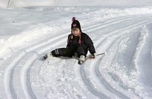 Hilda Arvidsson, 4 år, från Knåda förskola sitter måhända och funderar på vilket spår hon ska välja under Lilla Vasaloppet?
