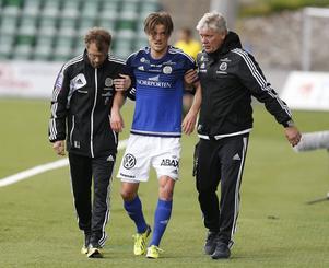 Eric Larsson leddes av planen i hemmamötet mot Kalmar den 7 juni efter en rejäl smäll.