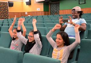 HÄNGER MED. Marwa Mahmoud, Nazanin Zahra Rasoli och Safa Mohmaoud vevar med armarna i takt med musiken. De agerar publik och King K Blite förevigar det hela.
