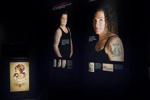Historiskt var det i stort sett bara män som tatuerade sig, i dag är sjömansmotiven populära även bland många kvinnor.