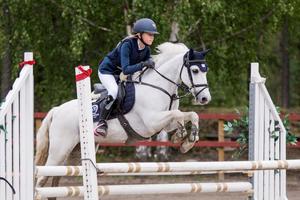 Thelma Bergström och Rockside Mystifyre i DM-klassen på Hudiksvalls rid- och ponnyklubb.