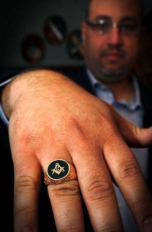 Frimurarna har även ringar. Firas Kawar, som ursprungligen kommer från Jordanien, har en sådan ring.