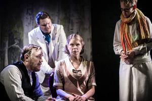 Ingmar Virta, Peter Mörlin, Camilla Eriksson och Bodil Carr Granlid i en scen ut