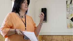 Nelda Morosini Oelze, teamledare på Migrationsverkets mottagningsenhet i Västerås, informerar om det tillfälliga asylboendet i Torpa.