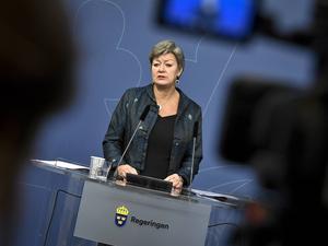 Etableringsminister Ylva Johansson (S) kan inte förlita sig på att sätta redan medelålders flyktingar i skolan och hoppas på ett skapligt resultat om fem till tio år.