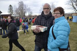 Tursamma. Birgitta och Christer Elfström vann en tårta på lotteriet.
