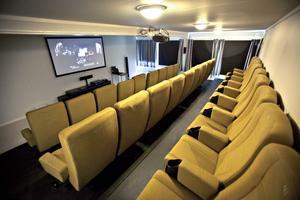 Den toppfräscha biografen innehåller 27 komfortabla stolar med armstöd och plats för läskmuggen.