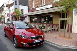 Peugeot vill gärna positionera sig som ett bilmärke som hänger med i premiumsegmentet. Det märks om inte annat på den återhållsamma och stilrena formgivningen.