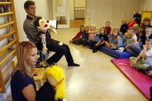 Magnus Boäng, präst, och Linn Boström, ungledare, berättade om mannen som fanns uppe i himmelen för barnen och det var inte astronauten Christer Fuglesang, som dockan Rut först trodde.