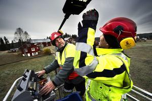 TÄNT IGEN. För fem år sedan beslutade kommunen att vartannat gatlyse ute i landsbygdens byar skulle släckas. Efter massiva protester backade till slut politikerna. Nu tänds lamporna igen och totalt ska 1500 energisnåla LED-lampor installeras. Här jobbar Övik Energis Lars Bergman och David Ericsson i byn Tjärn.