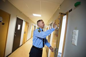 snart fullbelagt. Peter Jonsson, polisens kommenderingschef för Power Meet, förbereder fyllecellerna för anstormning.Foto: Tony Persson