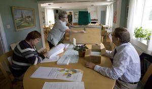 Torbjörn Bodare är ordförande i församlingens valnämnd och hjälper Inga Jonsson och Ingrid Åkerlund med procedurerna.