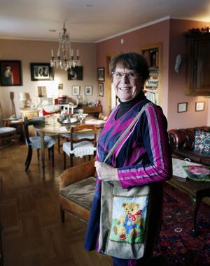 Birgitta med barnväska av gammal mockakappa. Den broderade tunikan var från början en långklänning som hon köpte second hand i Jerusalem julen 1971 då hon och Nick blev ett par.