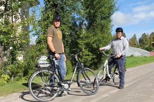 Under våra besök kommer man även att kunna testa elcykeln. Man trampar lite, men får också mycket draghjälp tack vare ett laddat batteri, konstaterar Anders Tång och Olle Berglund här ute på en provtur i Knåda.