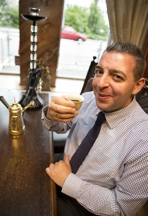 kardemummakaffe. Roger Haddad dricker ofta kardemummakaffe. Förutom politik gillar han också resor, badminton, handboll och att läsa böcker. Foto: Kenneth Hudd