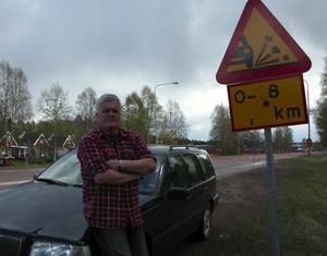 Stenskott. Malungsbon Roger Evaldsson är en av många bilister som fått skador på bilen efter riksväg 71 på grund av en misslyckad beläggning.
