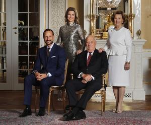 Kung Harald och drottning Sonja firar 80 år. Här på Slottet i Oslo med kronprins Haakon och  prinsessan Märtha Louise.