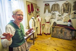 Gunn-Britt Sundell har hand om utställningen med vinterkläder i skinn, i den gamla sockenstugan där hon som ung gick i skolan.