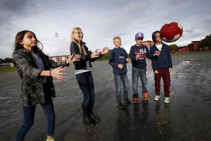 Aurora Kalludra, Johanna Johansson, Oliver Jacobsson, Oscar Darnell och Kalle Källström från Grindskolan kan hoppas på mer att göra på rasterna när spontanidrottsplatsen väl är färdigbyggd.